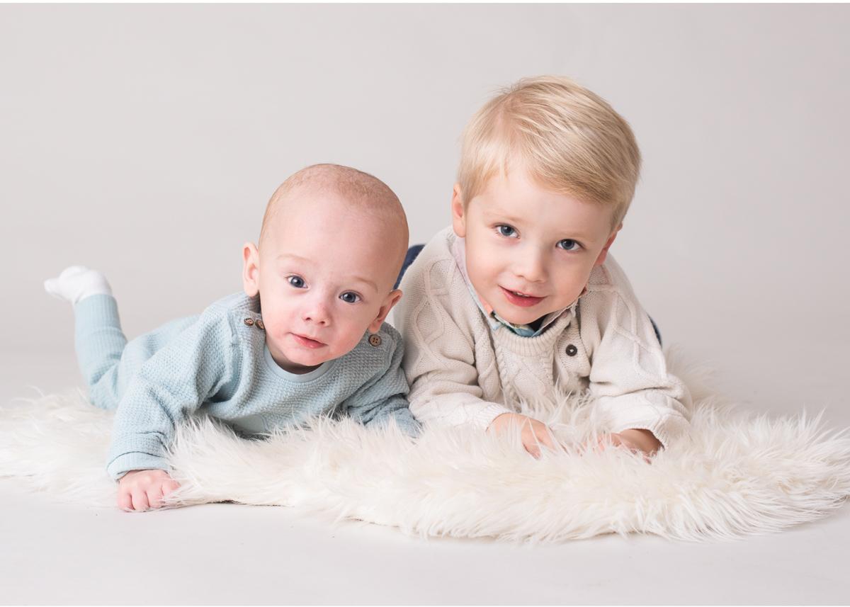 Bebisfotografering i Stockholm Syskonporträtt i studio hos BLICKA studio Täby Centrum fotograf