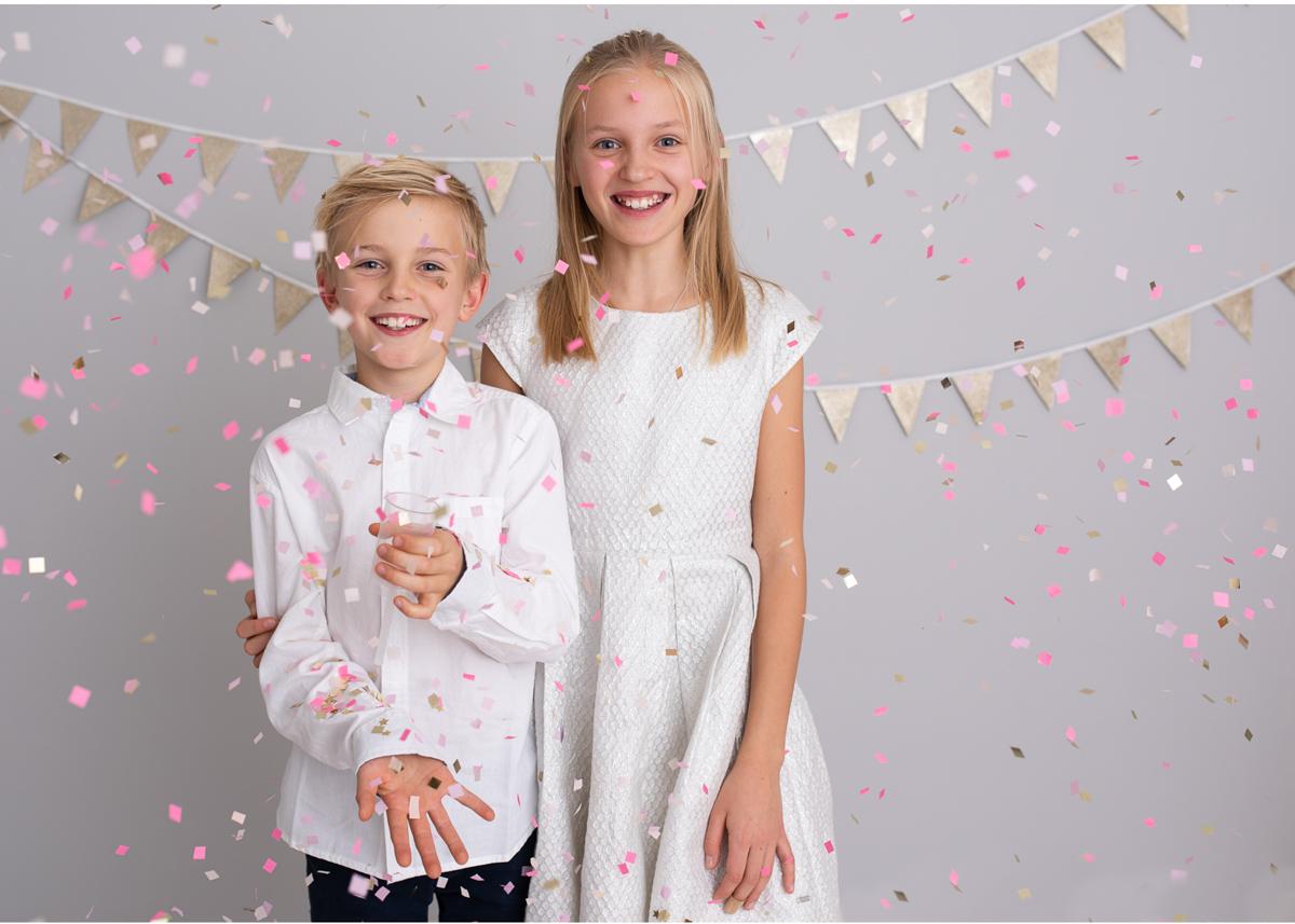 Familjefotografering med nyårstema Syskonporträtt fotostudio Täby Stockholm