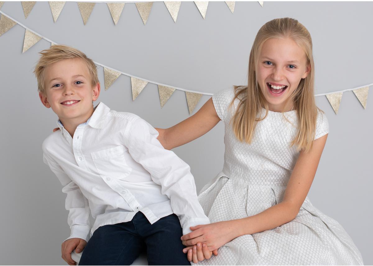 Familjefotografering med nyårstema syskonfoto Täby Stockholm Fotostudio Stockholm