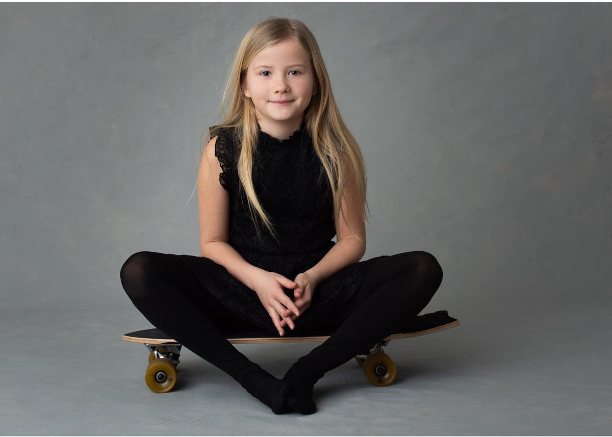 personliga barnporträtt i studio skateboard-tjej