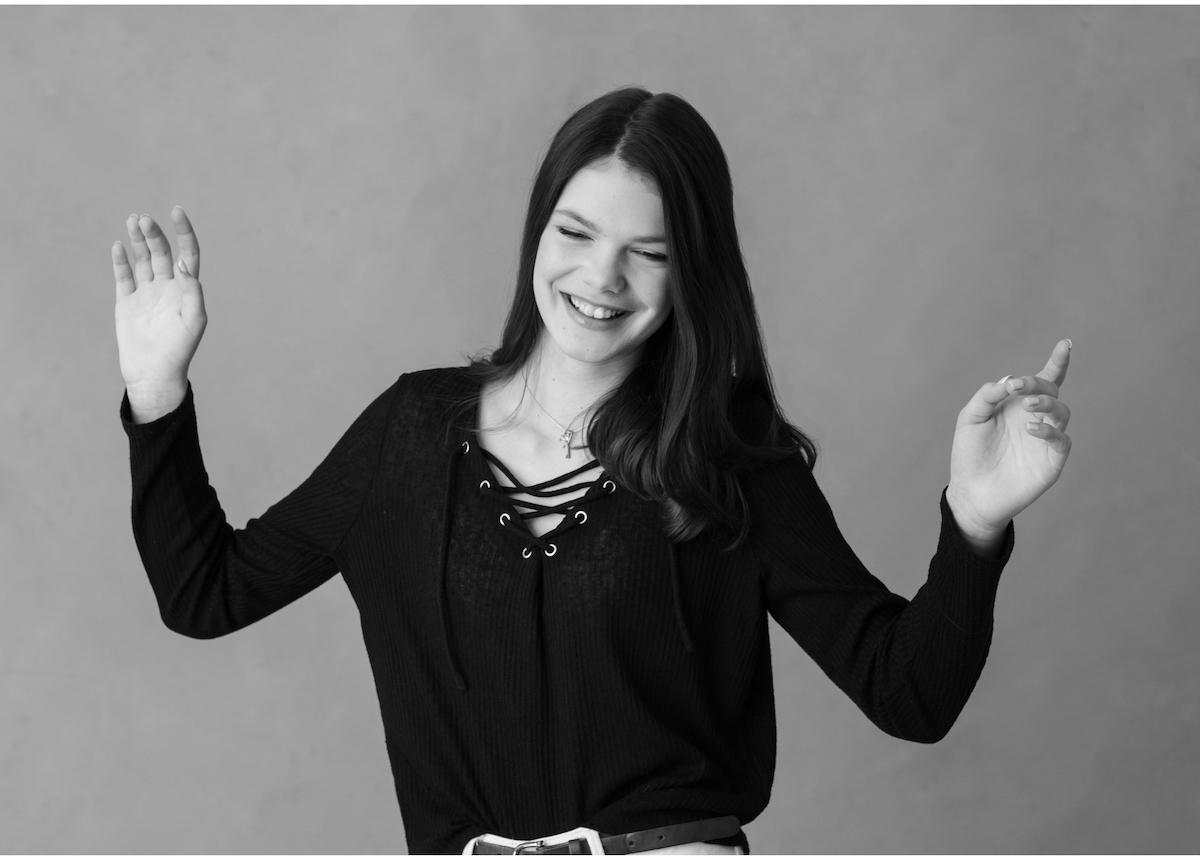 Sprudlande tonårsporträtt dansande tonåring Blicka studio Täby