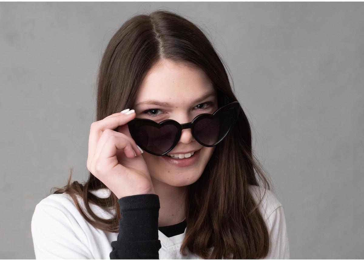 Tonårsfotografering porträtt med solglasögon