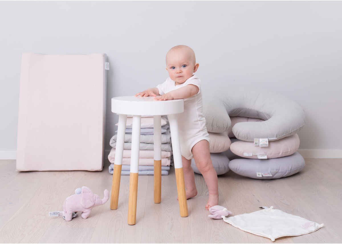 Produktfoto med baby Rätt Start babyprodukter fotograf Täby