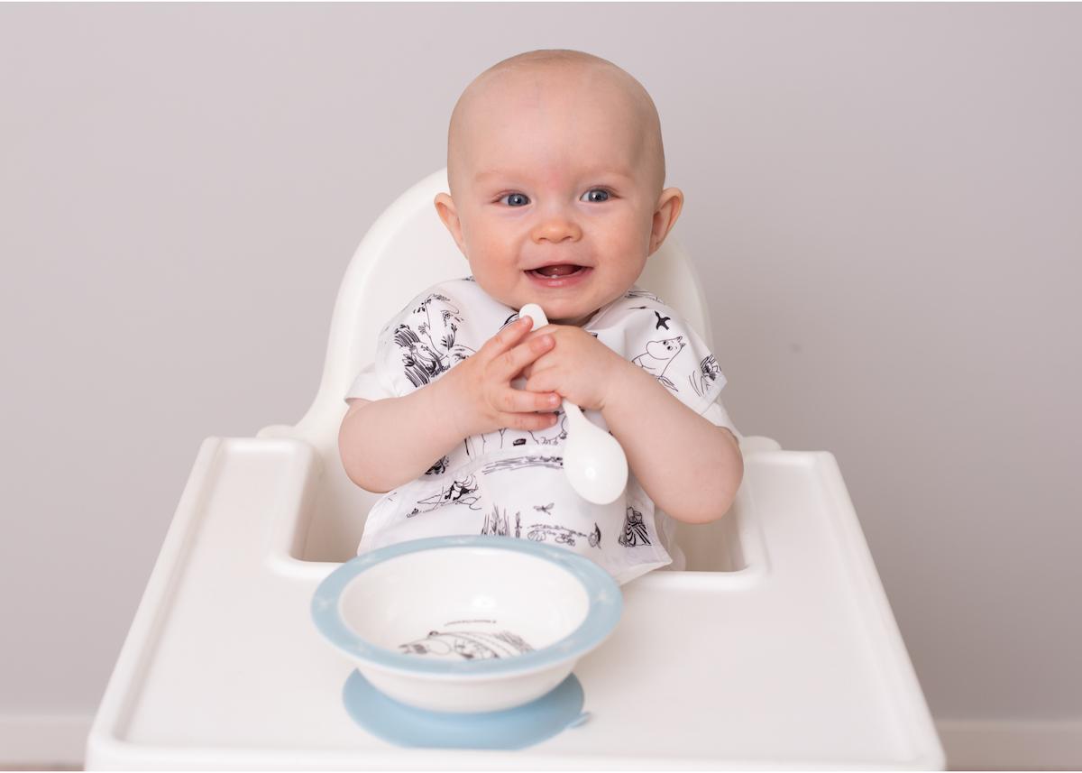 Produktfoto med baby som sitter i matstol