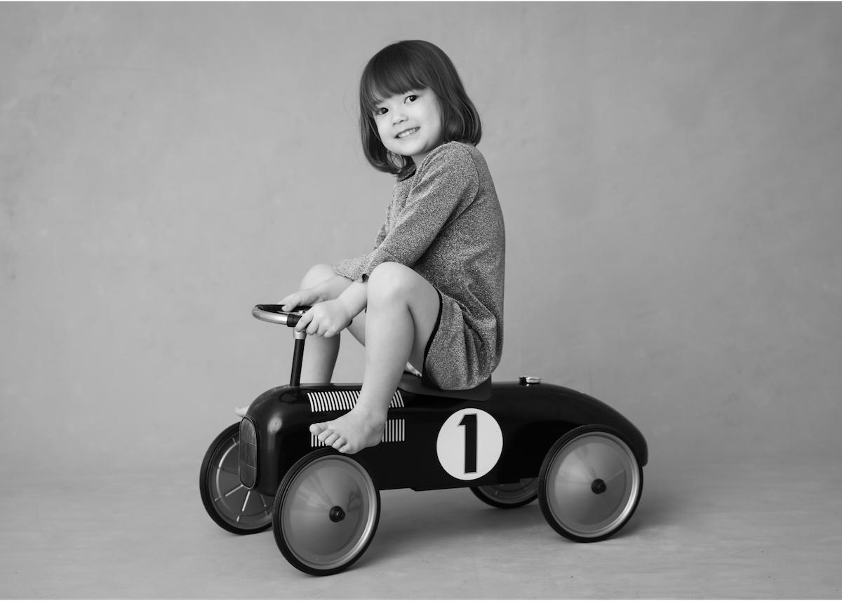 Familjefotografering i studio barn på gåbil barnfotograf Täby
