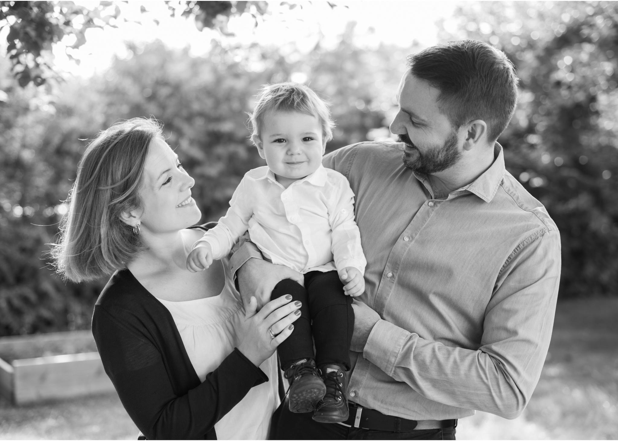 Familjefotografering i trädgården hemma-hos-fotograf Blicka Studio barnfotograf