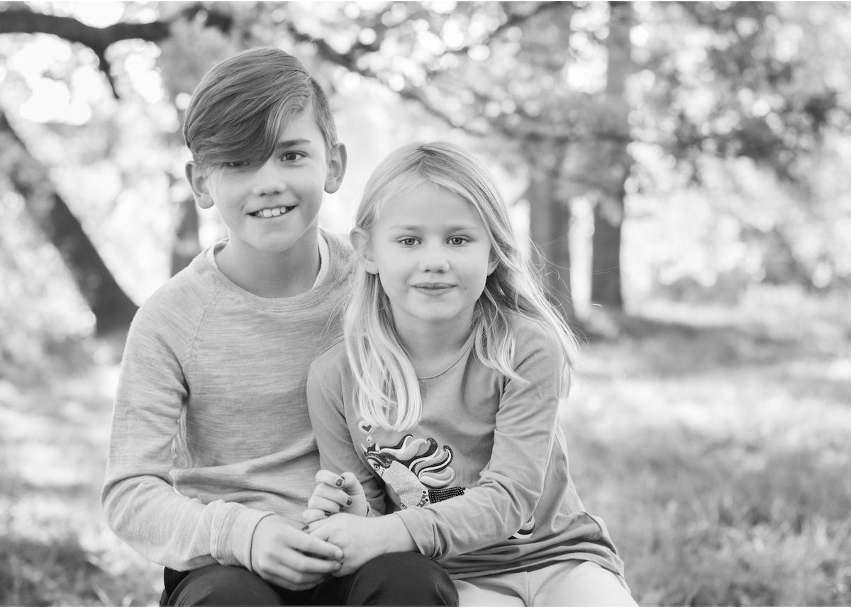 Barnfotografering utomhus syskonporträtt Hålla handen utomhusfotografering Täby Blicka studio