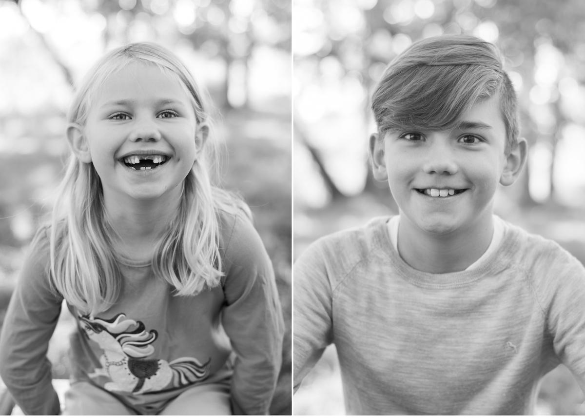 Barnfotografering utomhus barnporträtt svart-vitt Barnfotograf Lidingö Täby Danderyd