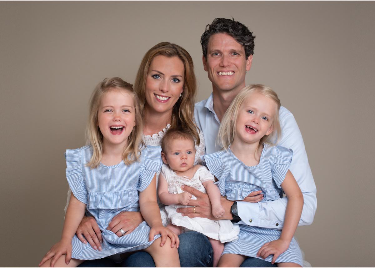 Familjeporträtt i studio Fotograf Täby Fotograf Lidingö Danderyd Blicka studio