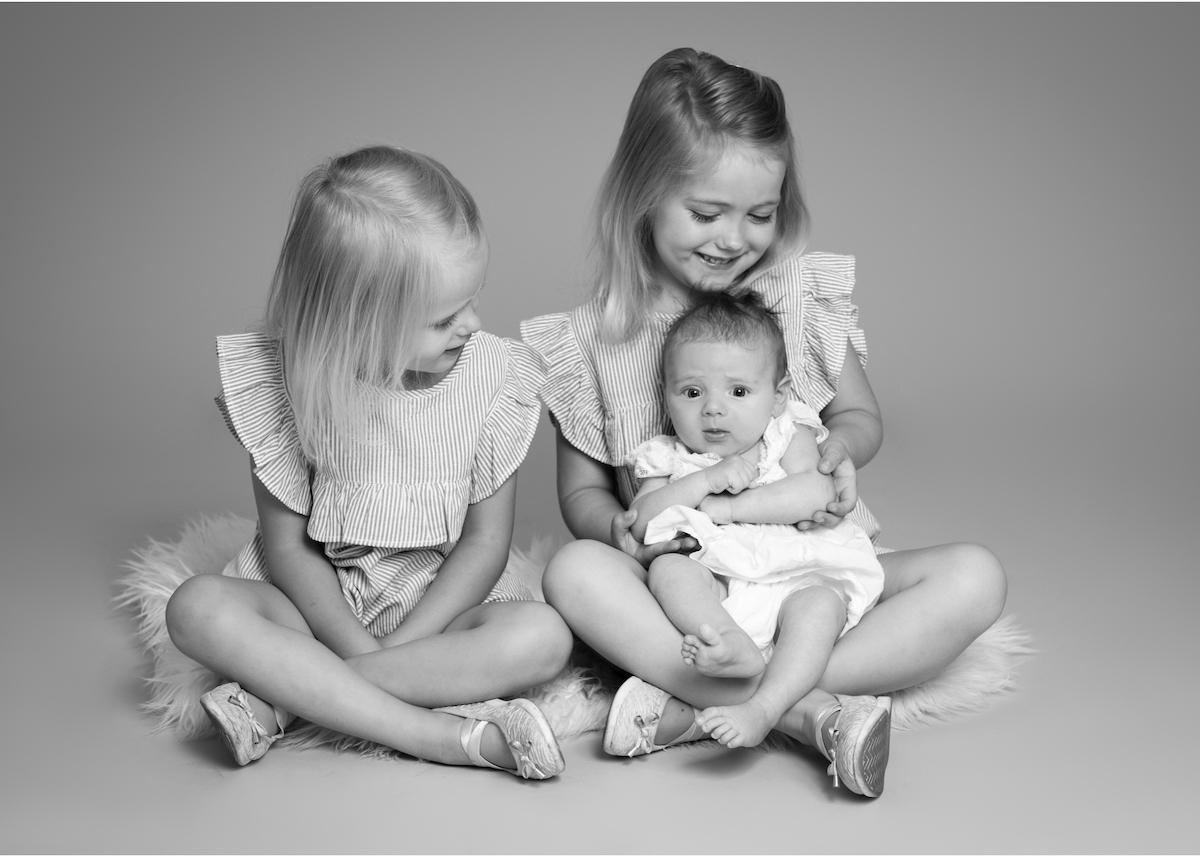 Familjeporträtt i studio Syskonporträtt i svartvitt Barnfotograf Täby